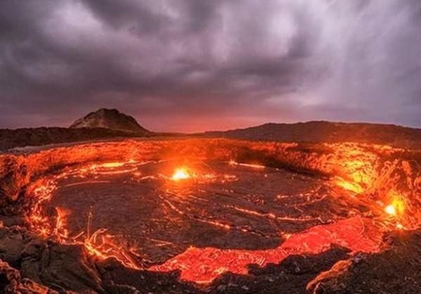 Σπάνιες εικόνες λίμνης λάβας, που καίει 100 χρόνια